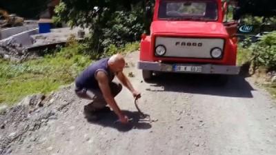 Yoluna çıkan yılanı kurtarmak için her şeyi yaptı