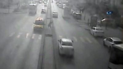 Aracın çarpmasıyla havada takla atan şahıs karşı şeride uçarak başka bir aracın altında kaldı