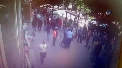 Karısını sokak ortasında döven adama vatandaşlardan meydan dayağı