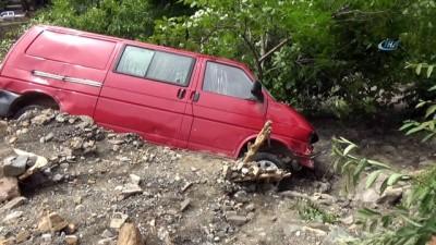 Şiddetli yağmur seli beraberinde getirdi, ev ve araçlar sular altında kaldı