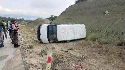 isci servisi - Ehliyetsiz sürücünün kullandığı işçi servisi devrildi: 9 yaralı - BURDUR