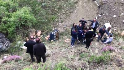Bayburt'ta kamyonet uçuruma yuvarlandı: 4 yaralı
