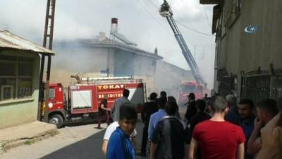 Otomobilde başlayan yangında iki ev alevlere teslim oldu