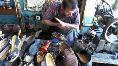 Baba mesleği ayakkabı tamirciliğini 18 yıldır sürdürüyor