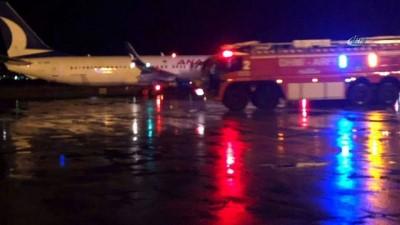 Uçakta yangın paniği... Sağ kanadından alev alan uçaktaki yolcular tahliye edildi