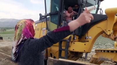 Köy yollarına kadın eli değiyor - SİVAS