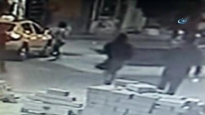 Taksim'de kadına kapkaç şoku kamerada