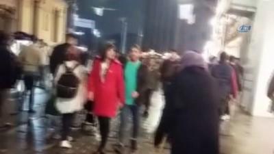 """İstiklal Caddesi'nde önce dilendiler sonra """"hasılatı"""" göbek atarak kutladılar"""