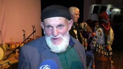 82 yaşındaki dede ile 83 yaşındaki nine okuma-yazma kursunu bitirdi