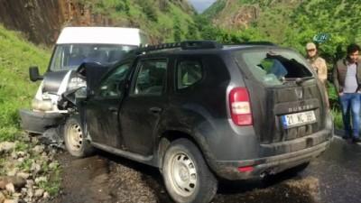 Şırnak'ın Beytüşşebap ilçesinde öğrenci servisi ile otomobil çarpıştı: 1 ağır 8 kişi yaralandı.