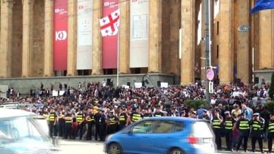 - Gürcistan'da hükümet karşıtı protesto