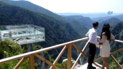Cam terasta misket oynayıp, 450 metre yükseklikte mutluluğa 'evet' dediler