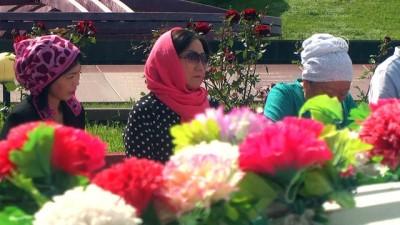 Kırgız yazar Aytmatov mezarı başında anıldı - BİŞKEK