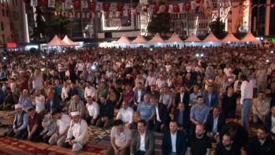 15 bin kişi meydanda teravih namazı için saf tuttu