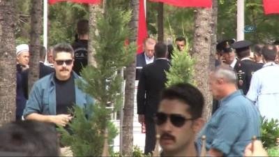 Cumhurbaşkanı Erdoğan, kahraman Ömer Halisdemir'in mezarını ziyaret etti