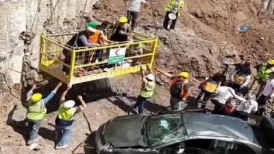 Otomobil 20 metrelik inşaat boşluğuna uçtu: 4 yaralı