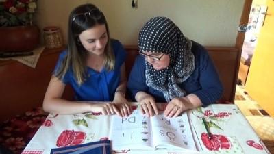 4 çocuk 9 torun sahibi kadın, okuma yazmayı evinde öğreniyor
