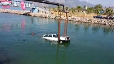 Çaya uçan aracın sürücüsü camı kırarak hayatını kurtardı
