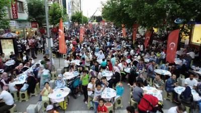 Gelenek yine bozulmadı... Türkiye'nin en büyük iftar sofrası yine Uşak'ta kuruldu