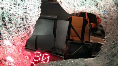 Yolcu otobüsüne taşlı saldırı... Hareket halindeki yolcu otobüsüne atılan kaya parçası muavin koltuğuna saplandı