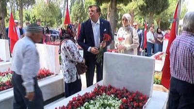 Bakan Zeybekci, huzurevi sakinlerinin korosunda türkü söyledi