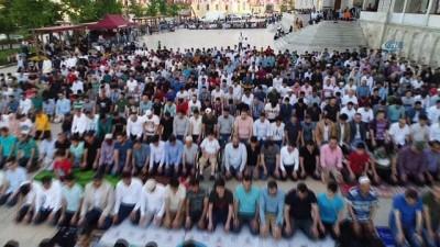 Fatih Camii'ndeki Bayram namazı yoğunluğu havadan görüntülendi