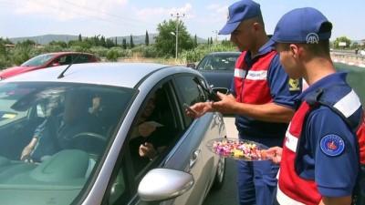 Jandarmadan sürücü ve yolculara kuru üzüm ve bayram şekeri - MANİSA