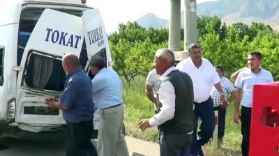 Tokat'ta yolcu minibüsü ile hafif ticari araç çarpıştı: 9 yaralı
