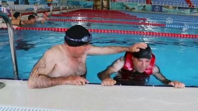 Baba-oğul, engelleri yüzerek aşıyorlar - TEKİRDAĞ