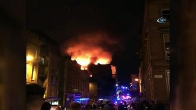 - İskoçya'da Tarihi Bina Yandı