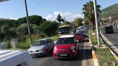Kuşadası'nda bayram yoğunluğu devam ediyor... Bayramın ikinci günü Kuşadası'nın girişlerinde kilometrelerce araç kuyruğu oluştu