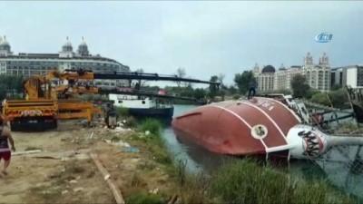 Su seviyesi düşen ırmakta bakımdan çıkan 110 kişilik tur teknesi yan yattı