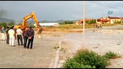 - Denizli'de sağanak yağmur seli beraberinde getirdi, tarım arazileri sular altında kaldı