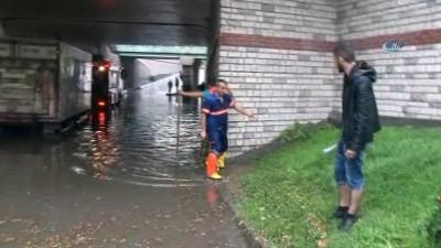 Minibüs suda mahsur kaldı, itfaiye ekipleri yolcuları sırtında taşıdı
