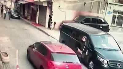 Hırsızlık ve kapkaç suçundan aranan şahıs eğlence merkezinde yakalandı...Kapkaççının bir kadını takip ettiği anlar kamerada