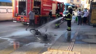 trafik yogunlugu -  Trafiğe sinirlendi motosikletini ateşe verdi