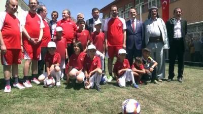 Yere düşen Türk bayrağını dalgalandıran Şırnaklı çocuklarla maç yaptı - ŞIRNAK
