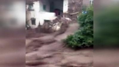 Sel suları evin duvarını yıkıp sürükledi...Manisa'daki sel felaketi saniye saniye kamerada