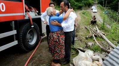 Yaşlı kadın yanan evini çıplak ayaklarıyla gözyaşları içinde çaresizce izledi