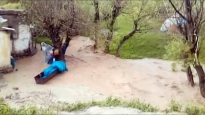Horasan'da sel sonrası dere taştı, köyler su altında kaldı