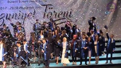 Üniversitenin mezuniyet töreninde sürpriz evlilik teklifi