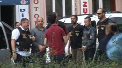 Aralarından biri polis üniformalı olan gaspçılar adliyede