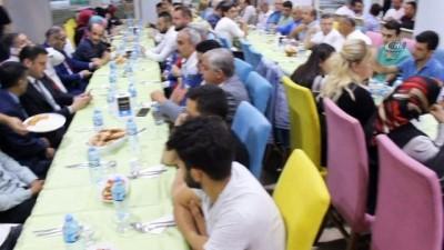 Bursalı Artvinliler MHP'li adayı bağrına bastı