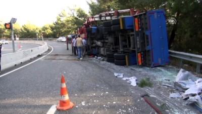 Muğla'da devrilen cam yüklü kamyon karayolunu kapattı