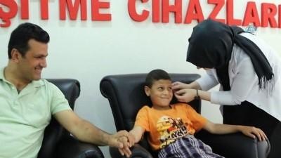 Ülkesindeki bombalı saldırıda işitme duyusunu yitirmişti...Suriyeli çocuk, 4 yıl sonra ilk kez duydu