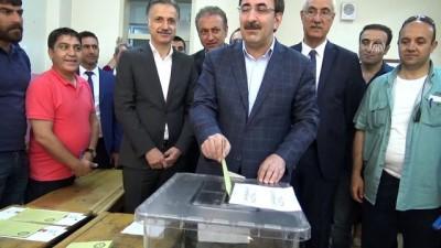 Türkiye sandık başında - AK Parti Genel Başkan Yardımcısı Yılmaz oyunu kullandı - BİNGÖL