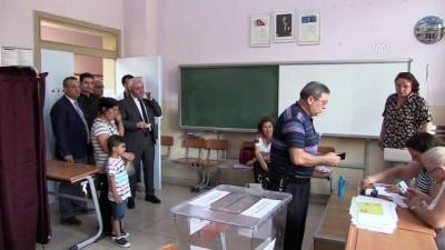 Türkiye sandık başında - CHP Genel Başkan Yardımcısı Tuncay Özkan oyunu kullandı - İZMİR