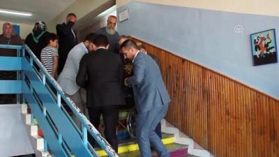 Türkiye sandık başında - Felçli vatandaş oyunu kullanacağı kata çıkarıldı - ANKARA