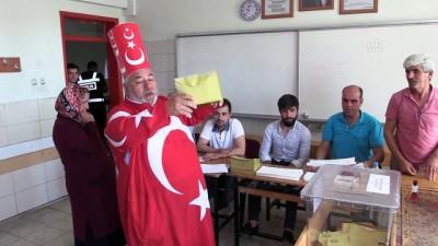 Türkiye sandık başında -Türk bayraklı kıyafetiyle oy kullandı - KAHRAMANMARAŞ