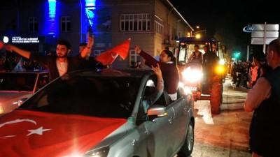 Cumhurbaşkanı Erdoğan'ın zaferini traktörlerle konvoy yaparak kutladılar